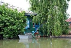 洪水 河Ob,从岸涌现,充斥了城市的郊外 在居民附近房子的小船  免版税图库摄影