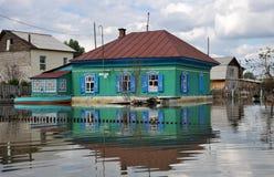 洪水 河Ob,从岸涌现,充斥了城市的郊外 在居民附近房子的小船  免版税库存照片