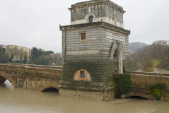 洪水milvio ponte等待 免版税库存图片
