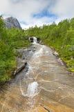 洪流从在Lofoten,诺尔兰,挪威的山浸入 库存图片