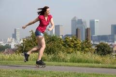 活动伦敦路辗性感的滑冰的英国妇女 免版税库存图片