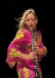 活动单簧管女孩 库存照片