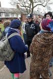 活动家埃克塞特占用警察谈话 免版税库存照片