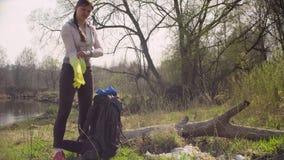 活动家拔出从背包的垃圾袋 股票视频