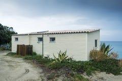 活动房屋在海滩的一个露营地 免版税库存图片