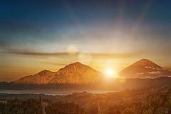 活火山登上在日出的Gunung Batur在巴厘岛,印度尼西亚 免版税库存图片