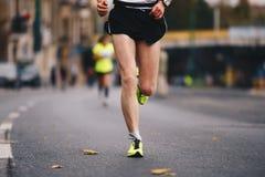活跃人民连续秋天秋天马拉松长跑在街市的城市 健康生活方式 库存照片
