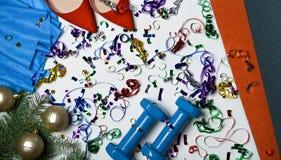 活跃人pilates瑜伽女性的最佳的圣诞节礼物为锻炼设置了:席子哑铃橡皮筋红色穿上鞋子圣诞节 图库摄影
