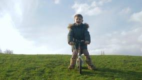活跃休闲,孩子是在周期的驱动没有脚蹬从在自然的绿色幻灯片 影视素材