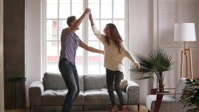 活跃夫妇庆祝移动在新的家庭跳舞感到愉快 股票视频