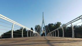 活跃妇女跑步的跑在慢动作的城市人行桥 影视素材