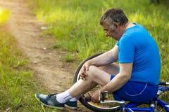 活跃晚年、人们和生活方式概念-愉快的资深在夏天公园的夫妇乘坐的自行车 免版税图库摄影