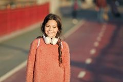 活跃有耳机的生活方式音乐戏剧名单女孩逗人喜爱的孩子 原因您应该使用耳机 被更换的耳机 库存照片