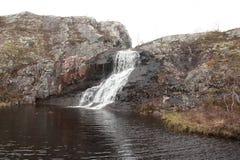 流入下来从岩石岸湖河 库存照片