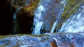 流动下来在石头的瀑布水 股票录像