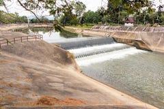 流动从小水坝的水 库存照片