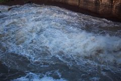 流动从水坝的水在泰国 免版税库存图片