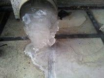 流动从流失或有益健康的管子的冻水在冬天seaso 库存照片
