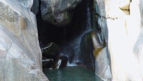 流动从瀑布的水小河在山 高和岩石瀑布风景 流程落山的河  股票录像