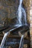 流动从自然山来源的纯净的矿物饮用水 图库摄影