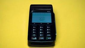 流动付款,网上购物概念 与智能手机的付款交易 支付与在机动性的NFC技术的人 影视素材