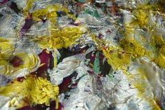流动充满活力的银色红色彩虹金黄颜色,飞溅,刷子抚摸水彩油漆 水彩油漆摘要背景 免版税库存照片