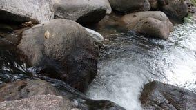 流动入低谷的纯净的水在Khaokram瀑布在Phatthalung泰国 股票视频