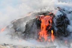 流动入太平洋的夏威夷岩浆 图库摄影