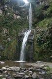 流动入水池奥塔瓦洛厄瓜多尔的卡丝卡达乐团Taxopamba瀑布 库存图片