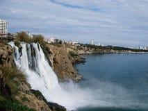 流动入海视图的美丽的瀑布在土耳其 库存图片