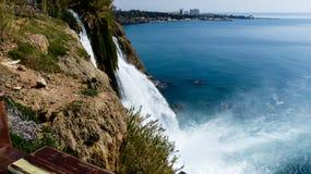 流动入海视图的美丽的瀑布在土耳其 免版税库存图片