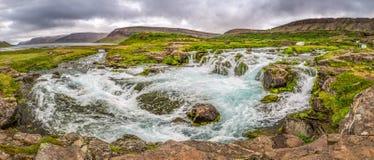 流动入湖的山河全景在冰岛 免版税库存照片