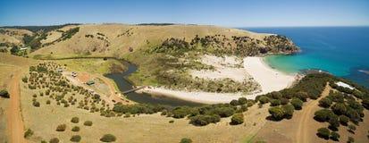 流动到海洋的中间河空中全景通过Snellin 免版税图库摄影