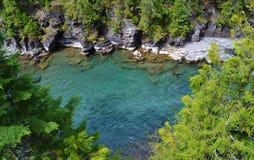 流动到湖麦克唐纳的绿松石冰河河 图库摄影