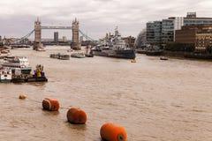 流动向东到塔桥梁的泰晤士河 图库摄影