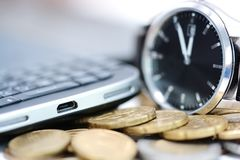 流动商业的时刻与智能手机和手表在堆硬币 库存照片