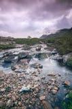 流动在一个遥远的苏格兰幽谷的小河 苏格兰,在减速火箭的样式的UK.Photo 免版税图库摄影