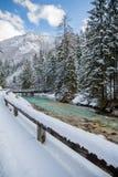 流动在五颜六色的蓝天的,斯洛文尼亚山朱利安阿尔卑斯的斯诺伊冬天风景河 库存照片