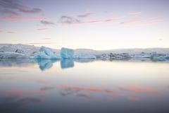 流动在冰川盐水湖, Jokulsarlon,冰岛的冻冰块 库存照片