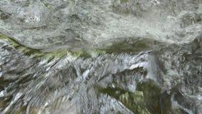 流动在大瀑布和水飞溅的河 股票视频