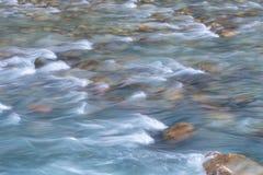 流动在小河的水 免版税图库摄影