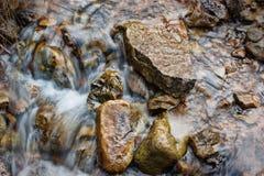流动在小河的水 库存照片