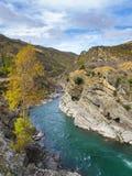 流动在山中的河 库存图片