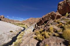 流动在山之间的河在好的蓝天下 图库摄影
