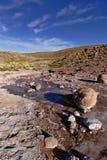 流动在山的咸岩石河 图库摄影