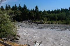 流动在山附近的怀特河 免版税库存照片