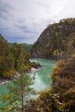 流动在岩石之间的绿松石河 免版税库存图片