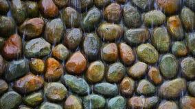 流动在岩石设计墙壁上的水 股票视频