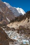 流动在峡谷的狂放的山河在喜马拉雅山 免版税库存照片