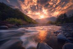 流动在日落时间的快速的山河 库存照片